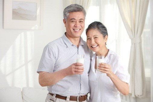 Uống sữa non giúp người cao tuổi làm chậm các dấu hiệu lão hóa