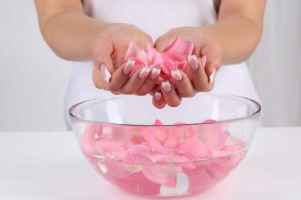 Dùng nước hoa hồng trị quầng thâm mắt | Dùng nước hoa hồng trị quầng thâm mắt